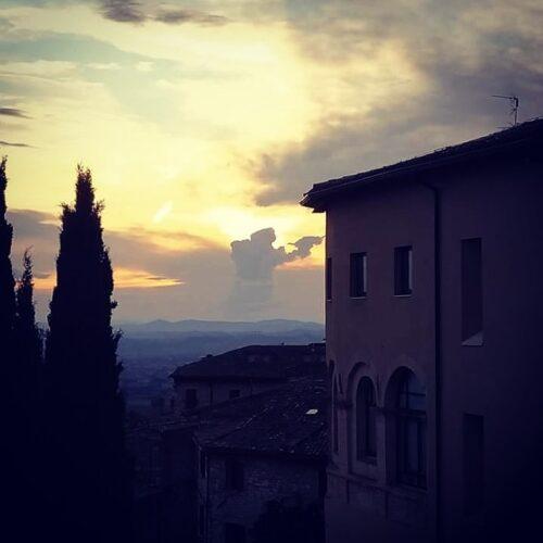 Lo scherzo di Francesco nel cielo della sua Assisi.